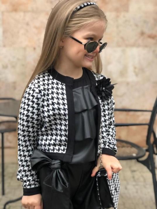 девочка в черно-белом пиджаке