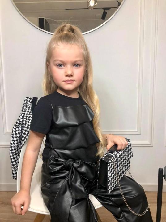девочка в черной блузке