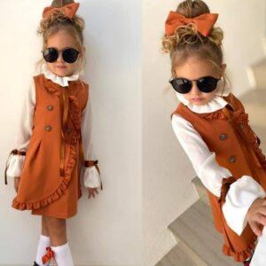 Девочка в блузке и сарафане