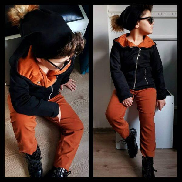 мальчик в куртке, штанах и шапке