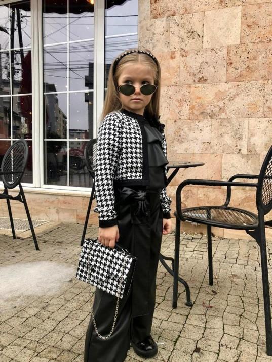 девочка в брюках, пиджаке с сумочкой