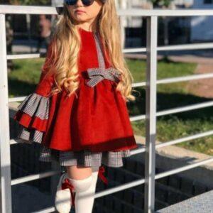 девочка в платье с клетчатым подъюбником