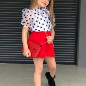 девочка в шортах и блузке
