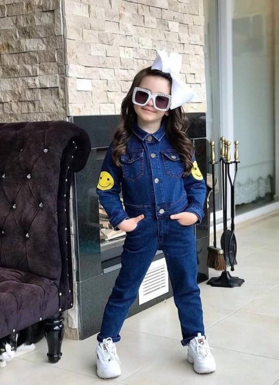девочка в джинсовом комбинезоне
