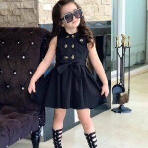 девочка в черном платье с поясом