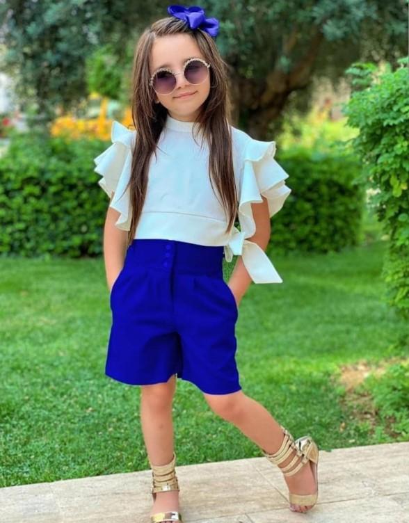 девочка в блузке и шортах