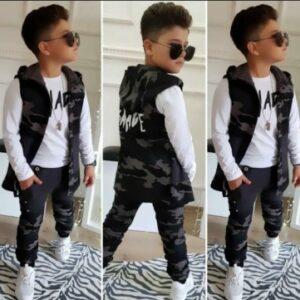 мальчик в камуфляжной безрукавке и штанах