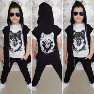 мальчик в футболке с волком