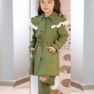 девочка в зеленом плаще