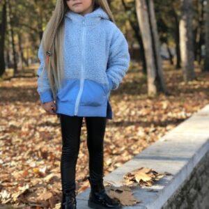 девочка в голубой кофте и леггинсах