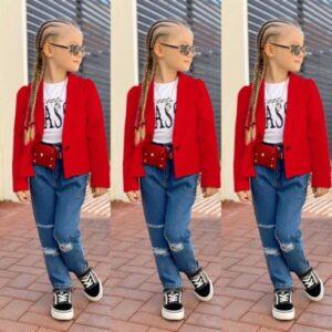 девочка в джинсах и красном пиджаке