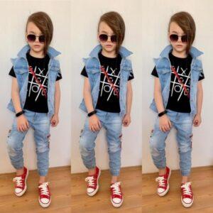 мальчик в джинсовой жилетке и джинсах