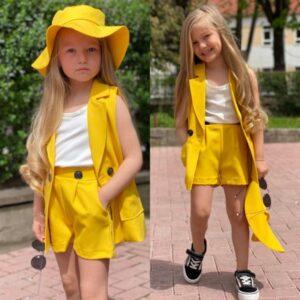 девочка в шортах, жилетке и шляпе