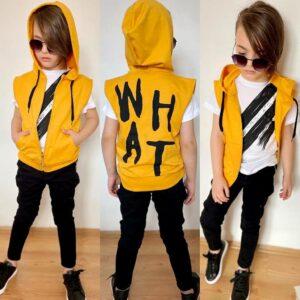 мальчик в желтой безрукавке и штанах