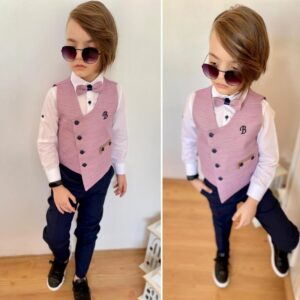 мальчик в брюках и жилетке