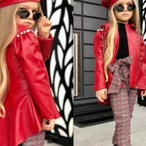 девочка в красной куртке и берете