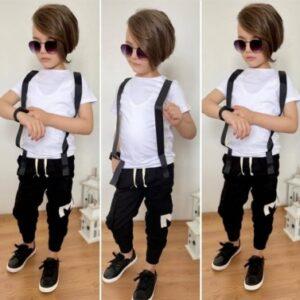 мальчик в белой футболке и штанах с подтяжками