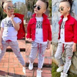 мальчик в красной джинсовке