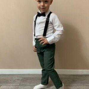 мальчик в костюме с галстуком-бабочкой