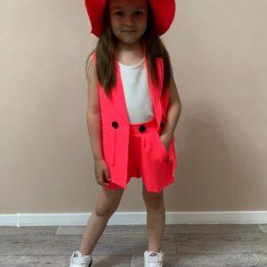 девочка в шляпе, жилетке и шортах