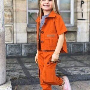 девочка в пиджаке с коротким рукавом и в штанах