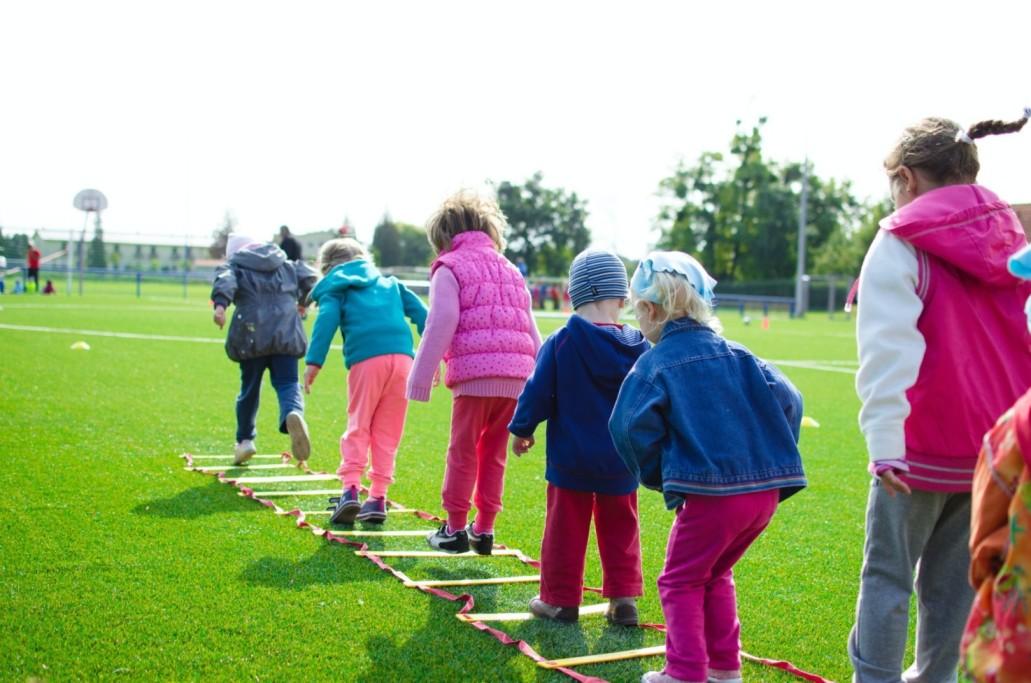дети играют в лагере