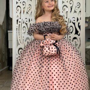 девочка в нарядном платье в горошек