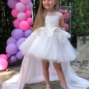 девочка в белом платье со шлейфом