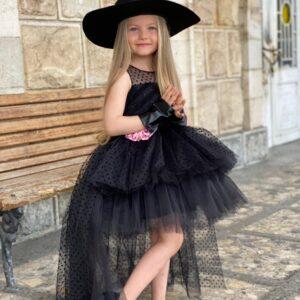 Девочка в черном платье со шлейфом и шляпе