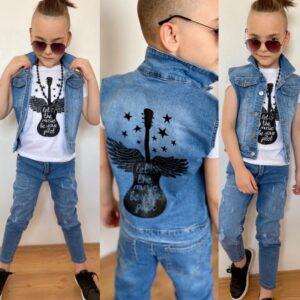 Мальчик в рваных джинсах и жилетке с принтом