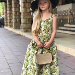 Девочка в длинном сарафане и шляпе