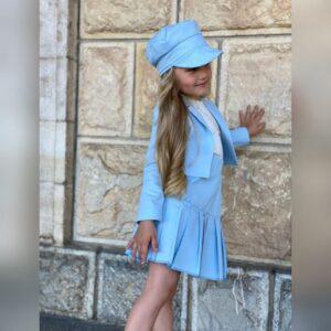 Девочка в голубой кепке, пиджаке и юбке