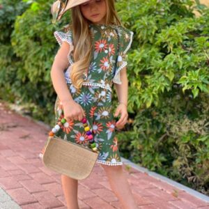 Девочка в костюме с цветочным принтом