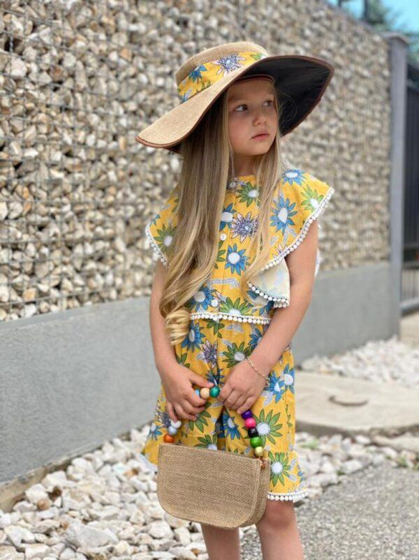 Девочка в шортах и блузке в цветочек