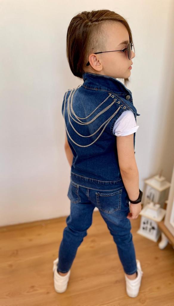 Мальчик в штанах и жилетке с цепочками