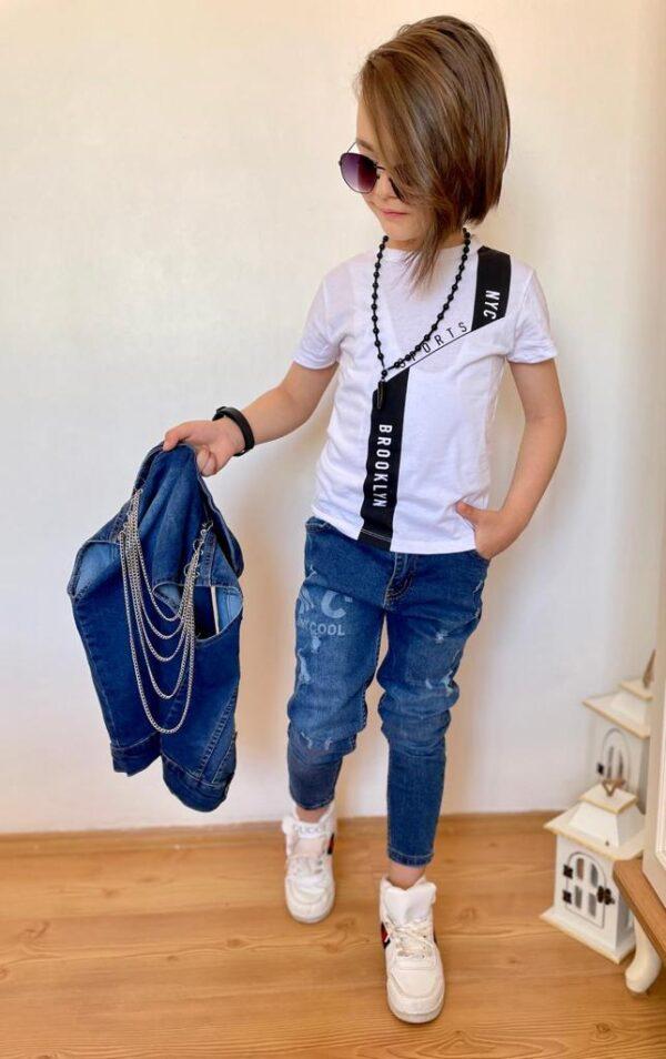 Мальчик в футболке и штанах