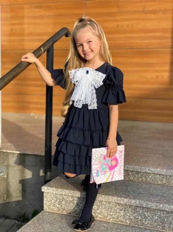 Девочка в черном платье для школы