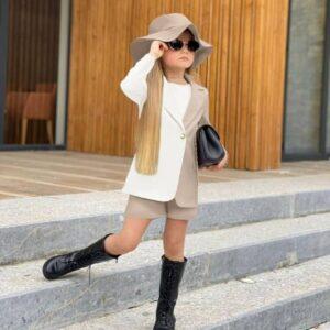 Девочка в двухцветном пиджаке