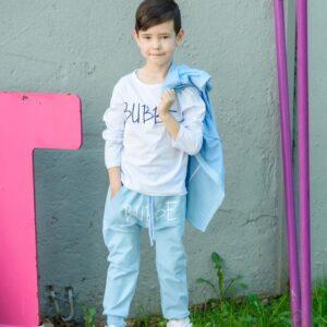 Мальчик в штанах, лонгсливе и кофте с капюшоном