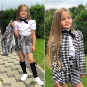 Девочка в школьном костюме