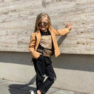 Девочка в жакете, рваных штанах и футболке