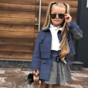 Девочка в синем жакете с юбкой