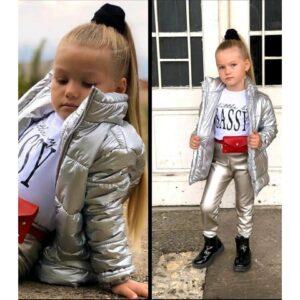 Девочка в куртке и леггинсахДевочка в куртке и леггинсах