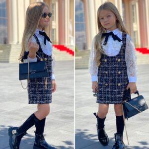 Девочка в школьном сарафане с блузкой и гольфах