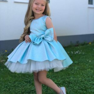 Девочка в голубом плтье с бантом и подъюбником