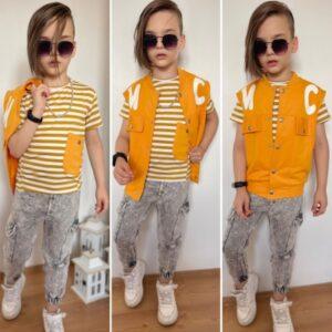 Мальчик в футболке, штанах и жилетке