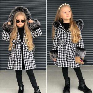 Девочка в демисезонном пальто с капюшоном и поясом