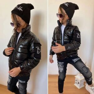 Мальчик в комплекте с черной курткой